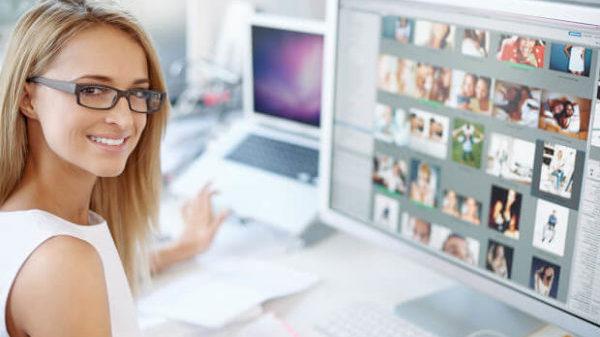 自宅でパソコン作業する女性